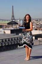 التشيكية باربورا كريجسيكوفا تقف مع الكأس أمام برج إيفل ، بعد يومين من فوزها ببطولة رولان جاروس الفرنسية المفتوحة للتنس 2021. ا ف ب