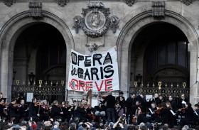 متظاهرون حاولوا الدخول إلى مسرح في باريس كان ماكرون بداخله