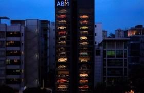 آلة بيع عملاقة لعرض سيارات فارهة