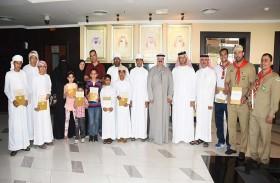 سعيد بن حم يشارك اطفال دار زايد للرعاية الاسرية ومرضى التصلب اللويحي بالدولة احتفالاتهم ويهديهم كتب عن الإمارات
