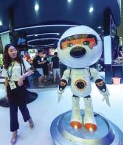 امرأة تنظر إلى روبوت ترفيهي لشركة Sogou للتكنولوجيا الصينية خلال معرض ومؤتمر تشاينا ديجيتال إنترتينمنت ،  في شنغهاي.  ا ف ب