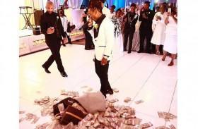 يلقي 100 ألف دولار  نقوطا في حفل زفاف والدته