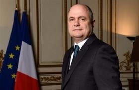 استدعاء وزير داخلية فرنسا على خلفية توظيفه لابنتيه