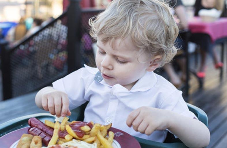 اضرار الوجبات السريعة على طفلك