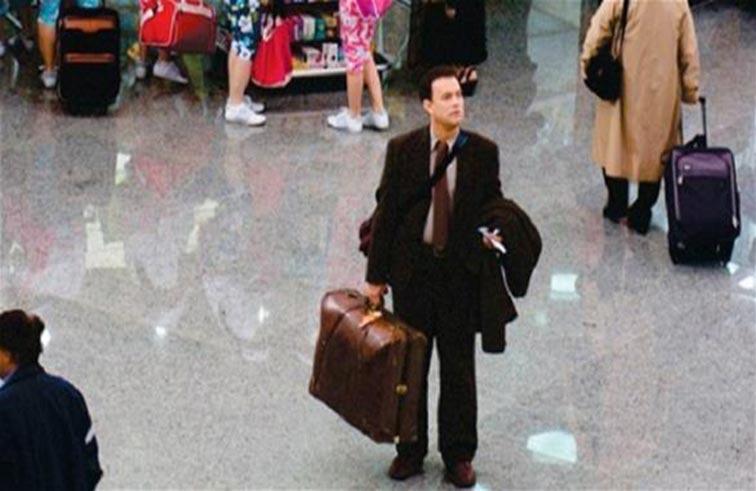 مشرد يقلد فيلماً سينمائياً ويعيش في المطار