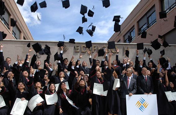 جامعة تمنع تقليد رمي القبعات عند التخرج