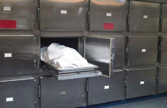 يعود للحياة داخل ثلاجة مستشفى