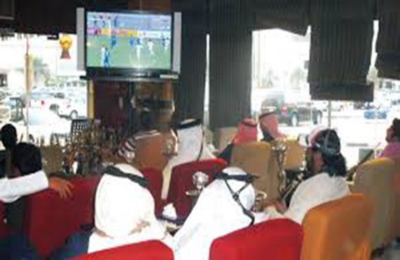 مقاهي أبوظبي تتزين بالمونديال والشباب مفعمون بالحماس