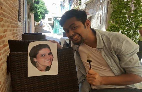يقضي شهر العسل مع صورة زوجته
