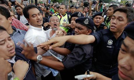 الشرطة الماليزية تداهم قرية لإنهاء مواجهة