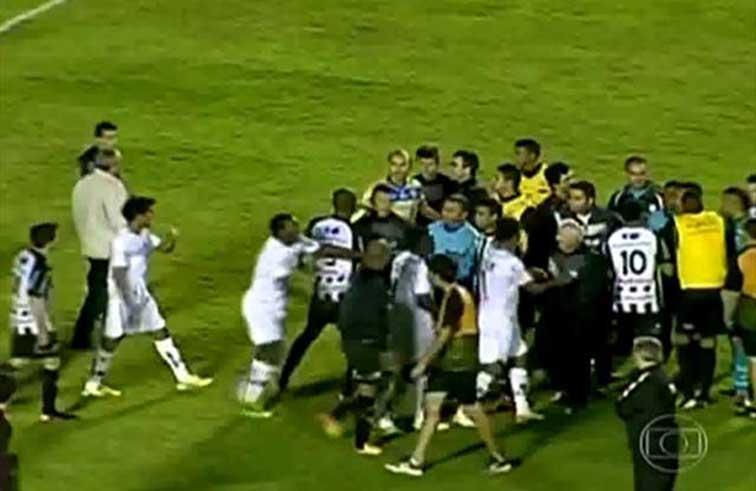 مسعف ينقذ فريقه من هدف ( فيديو )