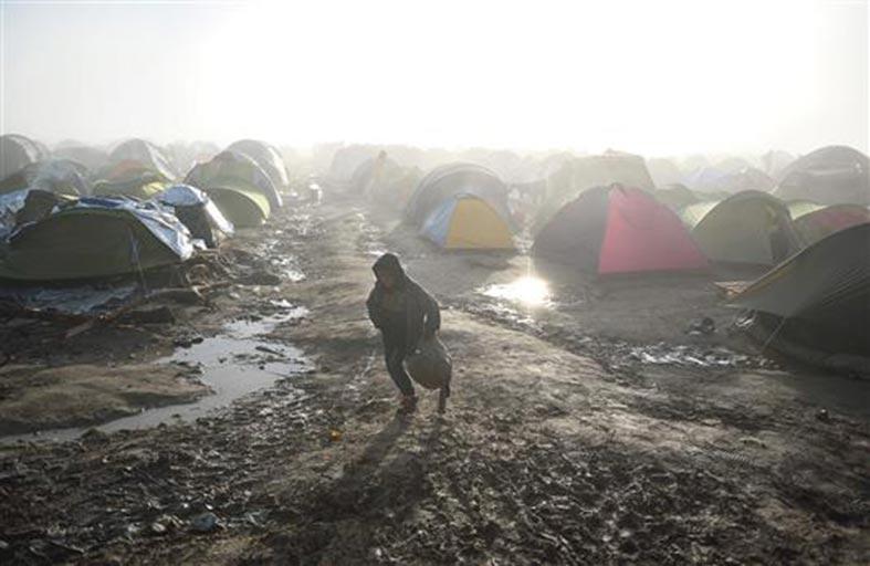 فرنسيون قلقون من إقامة مخيم قرب بولونيا