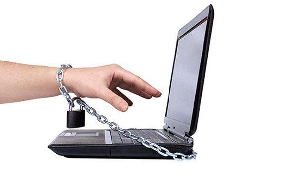 يقطع يده للتخلص من إدمان الإنترنت