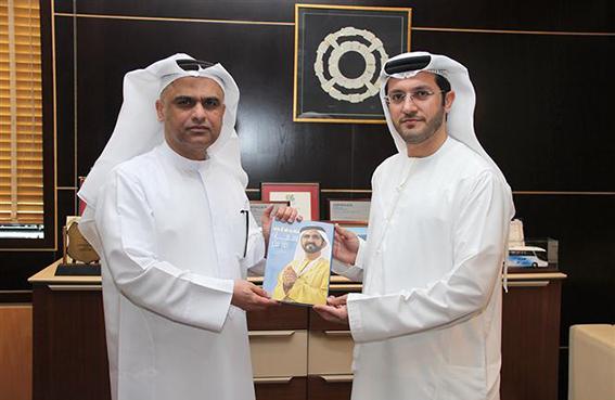 طرق و مواصلات دبي تهدي موظفيها كتاب ومضات من فكر لمحمد بن راشد