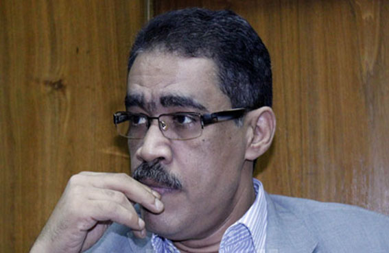 نقيب الصحفيين المصريين يلتقي أحد الموقوفين المصريين
