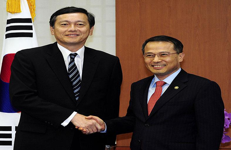 محادثات بين الكوريتين حول العائلات والمناورات