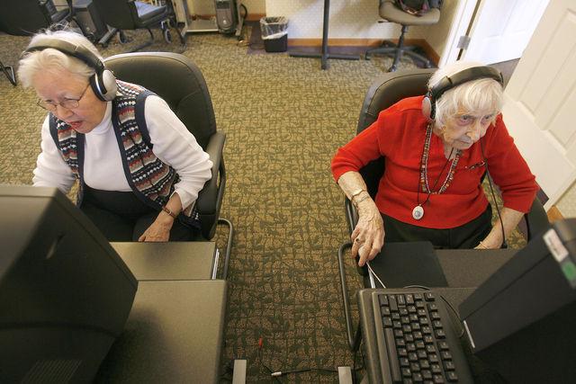 الفيسبوك يحسن قدارت المسنين