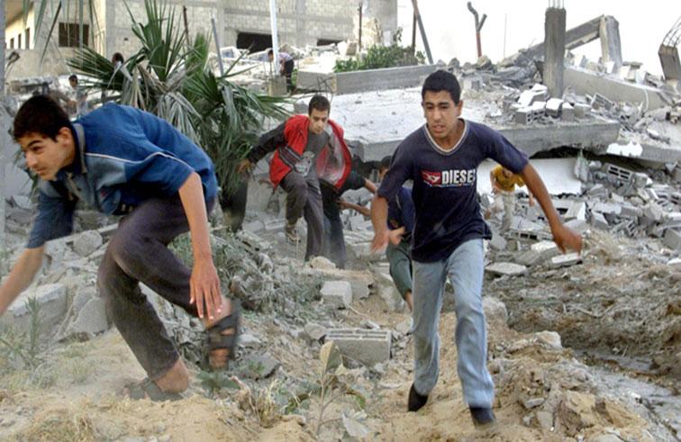 تشريح جثة طفل فلسطيني قتل في جريمة حرب