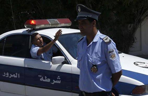 دورية شرطة تسلب تاجراً أمواله