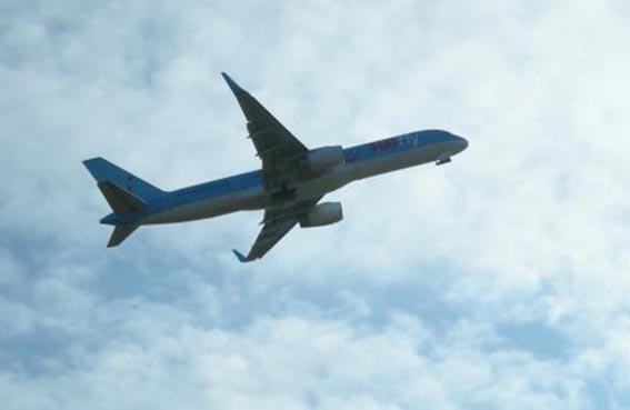 منعوا ركوب طائرة لخوف مسافرة
