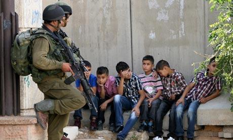 بينهم 198 طفلاً و12 امرأة .. ازدياد المعتقلين الفلسطينيين لدى الاحتلال