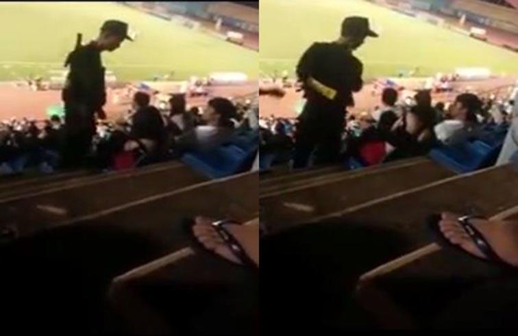 شرطي يصفع امرأة أثناء مباراة